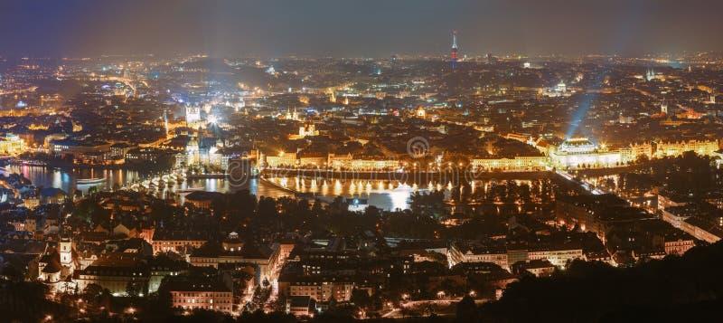 Het panorama van de nacht van Praag, Tsjechische Republiek Kasteel royalty-vrije stock fotografie