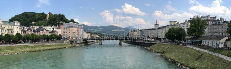 Het Panorama van de Rivierbruggen van Salzburg, van Oostenrijk en Salzach- stock foto