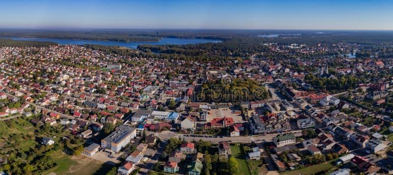 Het panorama van de stadshommel - huizen, meren, bossatellietbeeld royalty-vrije stock foto's