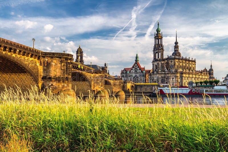Het panorama van de de stadshorizon van Dresden in Elbe Rivier en Augustus Bridge, royalty-vrije stock afbeelding