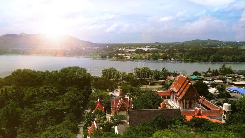 Het panorama van de Thaise tempel wordt gevestigd naast de rivier en de bergen royalty-vrije stock foto's