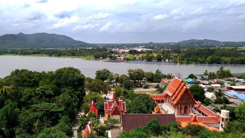 Het panorama van de Thaise tempel wordt gevestigd naast de rivier en de bergen stock foto's
