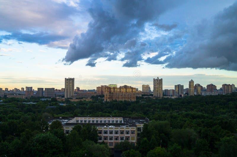 Het panorama van de zomer Dramatische stormachtige hemel over het milieuvriendelijke comfortabele woondistrict in Moskou stock foto's