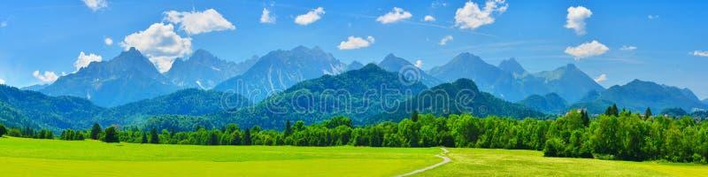 Het panorama van de zomerbergen, Schwangau, Duitsland royalty-vrije stock foto's