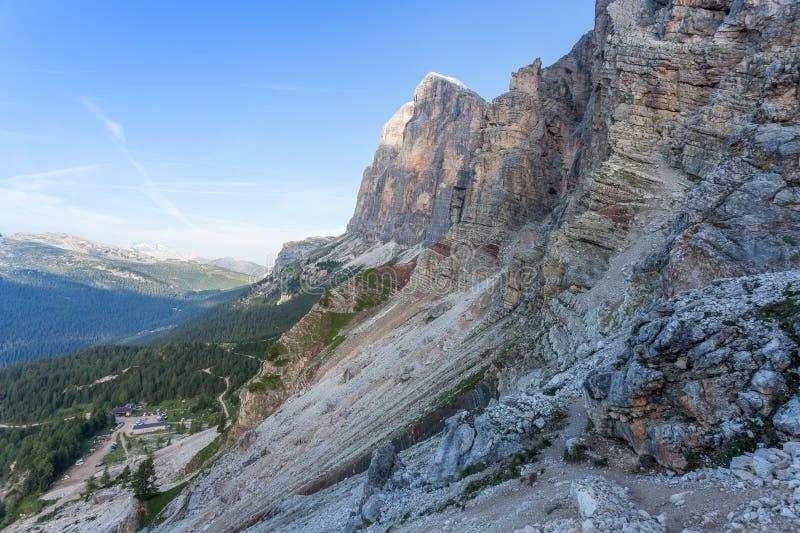 Het panorama van Dibona-berghut en kleurrijke triassic rotsen bij betaalt van Tofana Di Rozes stock afbeelding