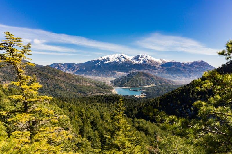 Het panorama van Doxa-meer en de sneeuw behandelde Ziria-berg in de Peloponnesus Griekenland stock foto's