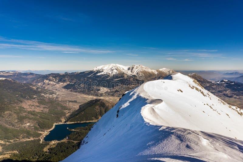 Het panorama van Doxa-meer en de sneeuw behandelde Ziria-berg in de Peloponnesus Griekenland royalty-vrije stock foto's