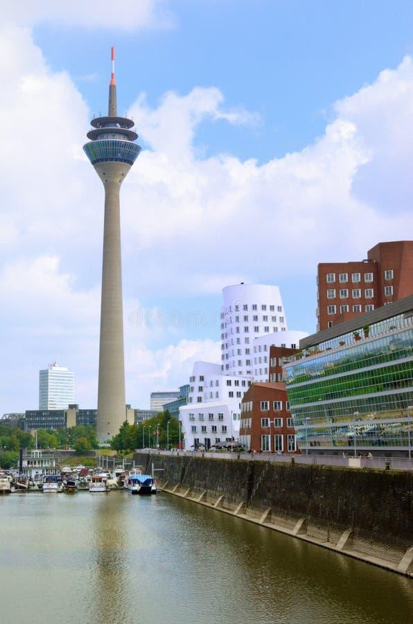 Het Panorama van Dusseldorf met toren stock fotografie