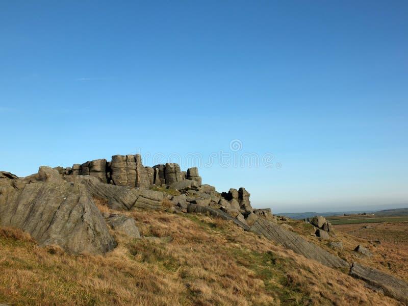 Het panorama van een grote ruwe gritstonedagzomende aardlaag bij bridestones een grote rotsvorming in West-Yorkshire todmorden di stock foto