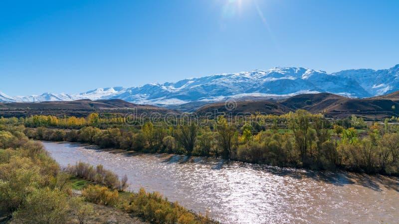 Het panorama van een vallei met sneeuw dekte bergen en Rivier Eufraat dichtbij Erzincan, Turkije af stock afbeeldingen