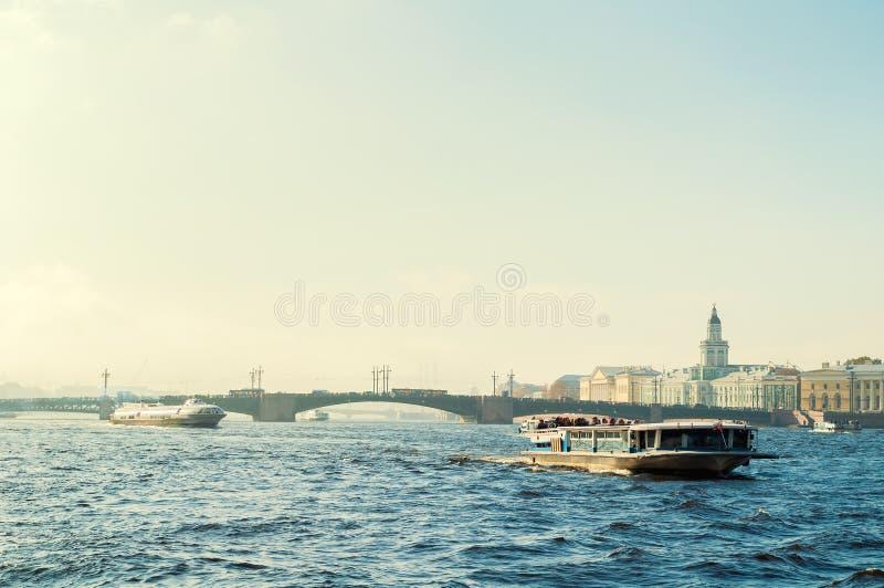 Het panorama van heilige Petersburg - van Neva de rivier en van St. Petersburg oriëntatiepunten van Universitair dijk en Vasiliev royalty-vrije stock afbeeldingen