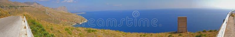 Het panorama van het de berglandschap van de kust stock foto