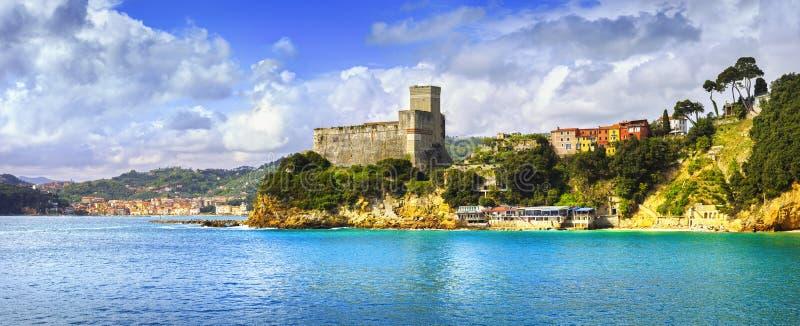 Het panorama van het Lericidorp, vesting en kust Cinque terre, Ligur royalty-vrije stock fotografie