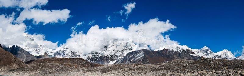 Het panorama van Himalayagebergte met Bergpieken en Everest-top stock afbeeldingen
