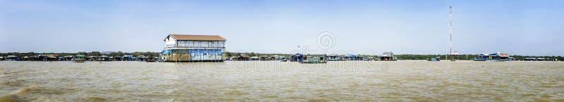 Het panorama van Huizen op stelten op het drijvende dorp van Kampong Phluk, Tonle-Sapmeer, Siem oogst provincie, Kambodja royalty-vrije stock foto