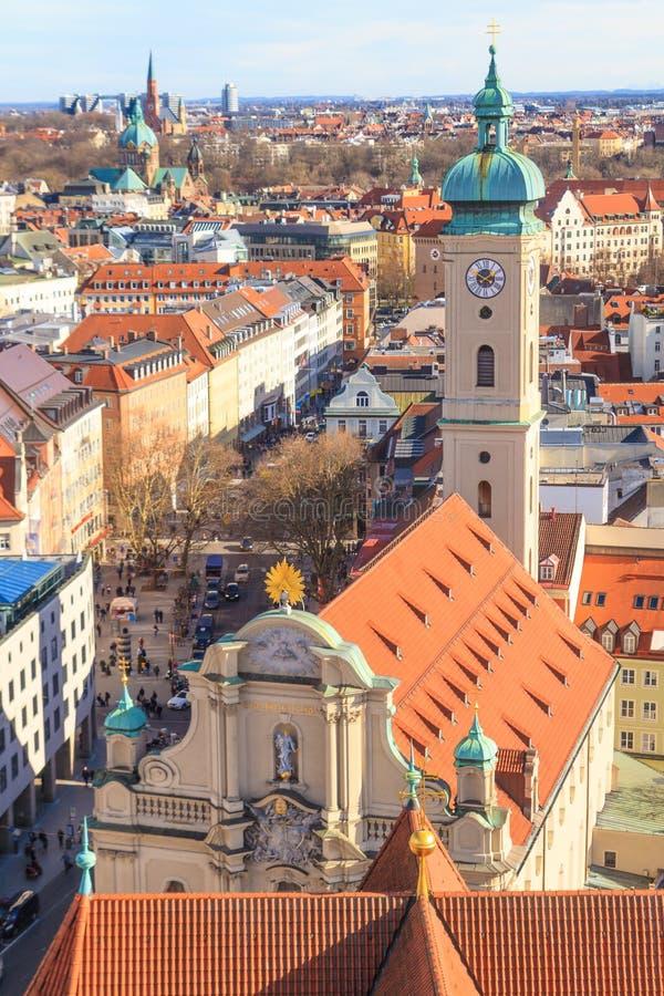 Het Panorama van München met oud stadhuis stock afbeelding
