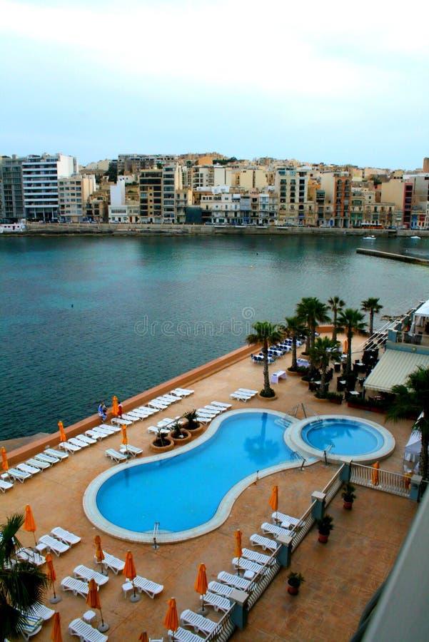 Het panorama van Malta, St. Julians met hotelpool stock foto