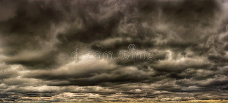 Het panorama van Menancingsonweerswolken royalty-vrije stock afbeeldingen