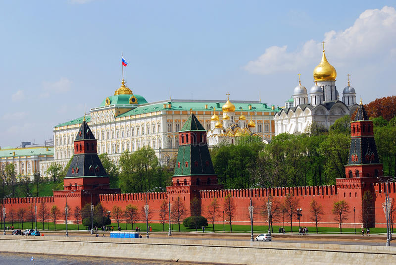Het Panorama van Moskou het Kremlin Het Grote Paleis en de oude orthodoxe kerken stock foto's