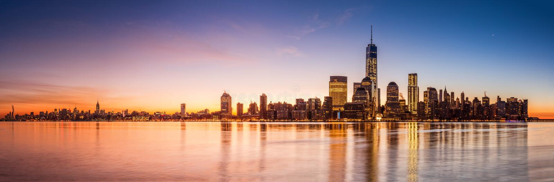 Het panorama van New York bij zonsopgang royalty-vrije stock afbeeldingen
