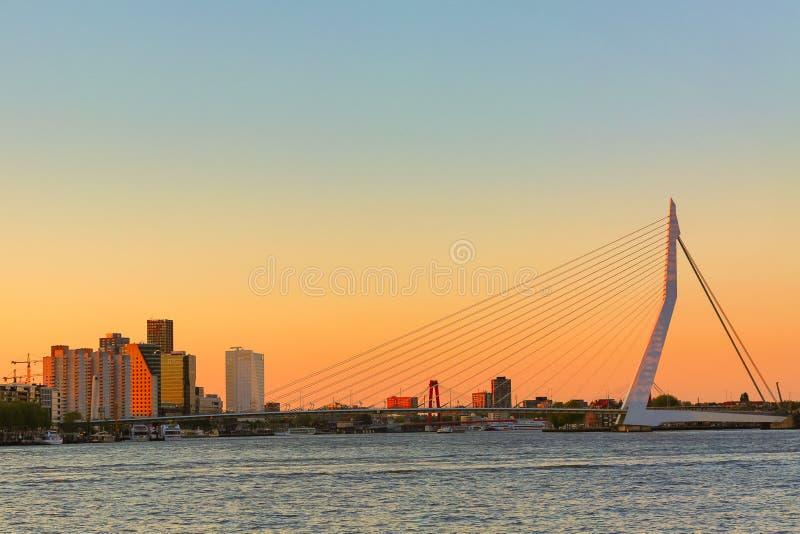 Het Panorama van Rotterdam Erasmus brug over de rivier Meuse met wolkenkrabbers in Rotterdam, Zuid-Holland, Nederland tijdens sch stock afbeeldingen