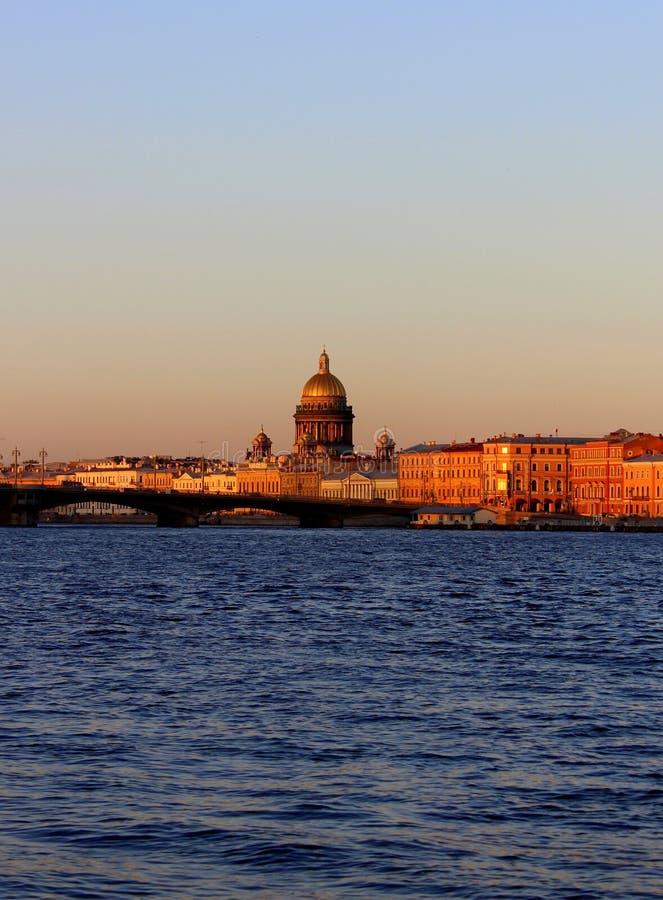 Het panorama van St. Petersburg van de stad van de Kathedraal van Heilige Isaac, de brug en de rivier royalty-vrije stock afbeeldingen