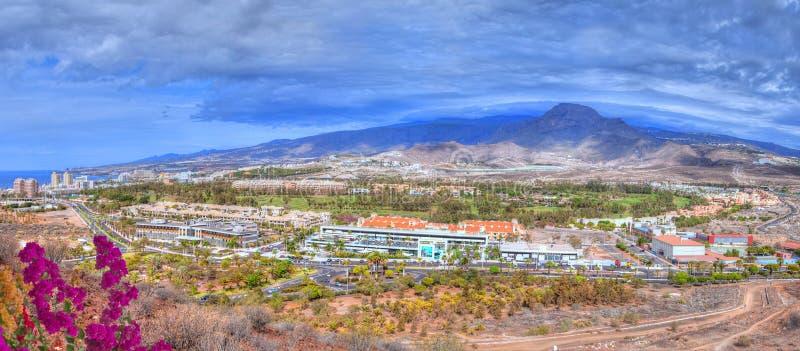 Het panorama van Tenerife over comercial plaats en Teide-berg stock afbeelding
