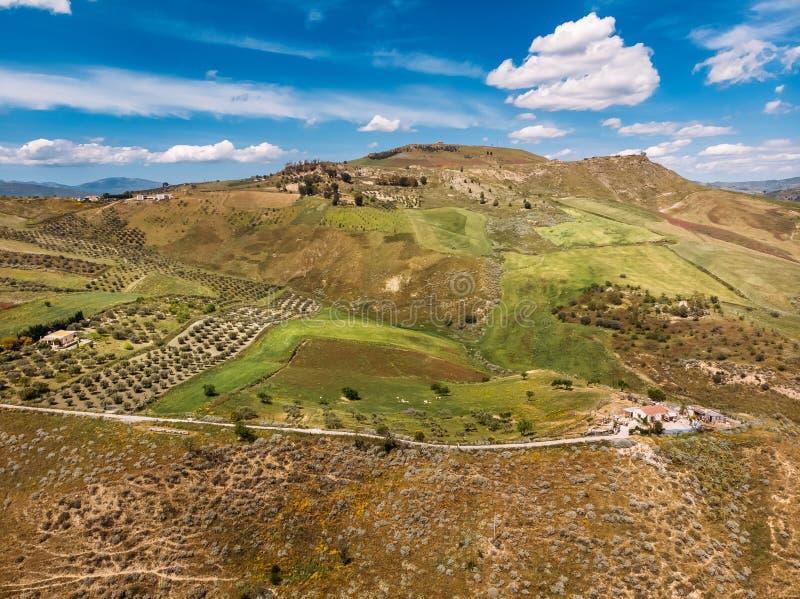 Het panorama van Toscanië Italië, boerderijtribunes bovenop heuvel de hemel is blauw in wolken royalty-vrije stock afbeeldingen