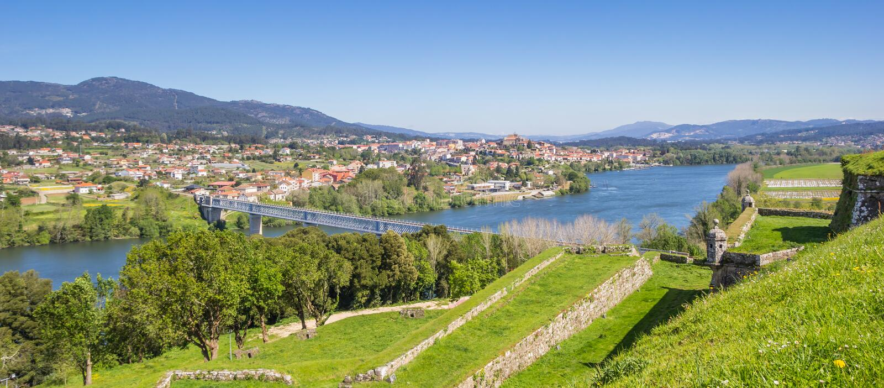 Het panorama van versterkte muren en de rivier in Valenca doen de Minho royalty-vrije stock foto