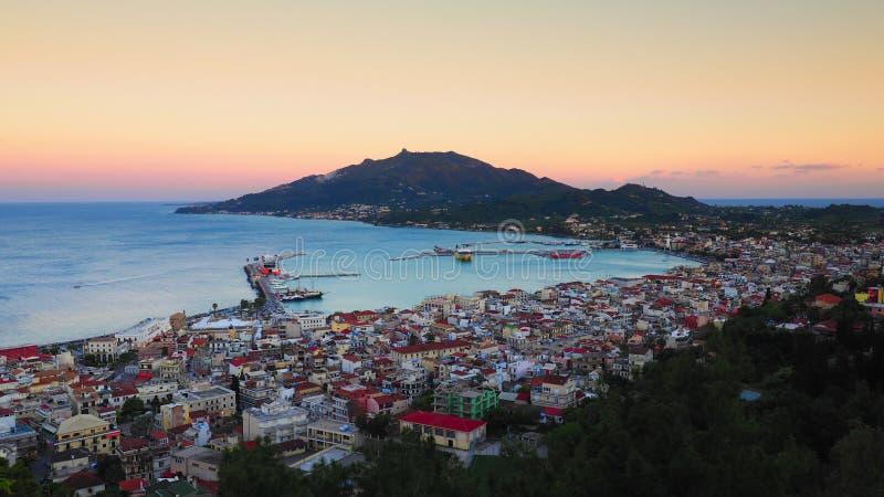 Het panorama van Zakynthos bij zonsondergang De klip van de Zantestad met veerbootharbou royalty-vrije stock afbeeldingen