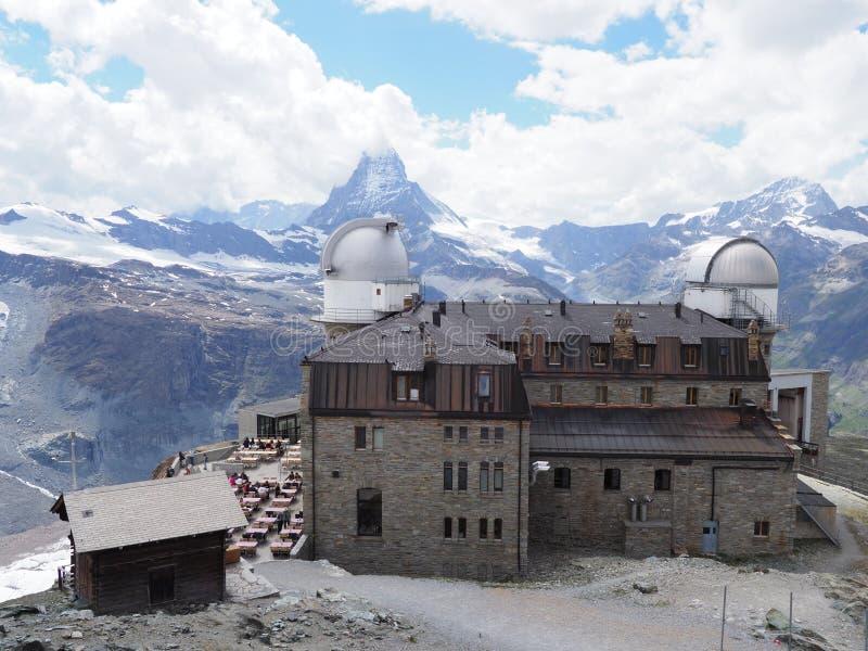 Het panorama van het Zwitserse landschap van Alpen met Matterhorn zet in Zwitserland, Kulm-Hotel en waarnemingscentrum op royalty-vrije stock afbeeldingen