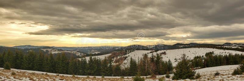 Het panoramalandschap van de bergenwinter royalty-vrije stock foto's