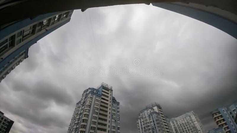 Het panoramische beeld van donkere die hemel met grijze en zwarte regen wordt behandeld betrekt over hoogte levend inbouwend stad stock afbeeldingen