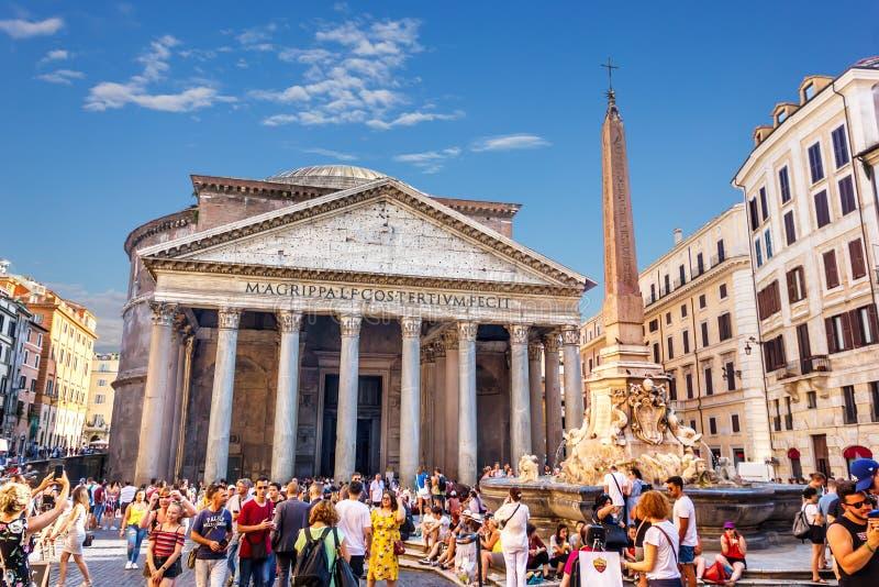 Het Pantheon en de Fontein met obelisk in Piazza della Rotonda met vele rond toeristen stock afbeeldingen