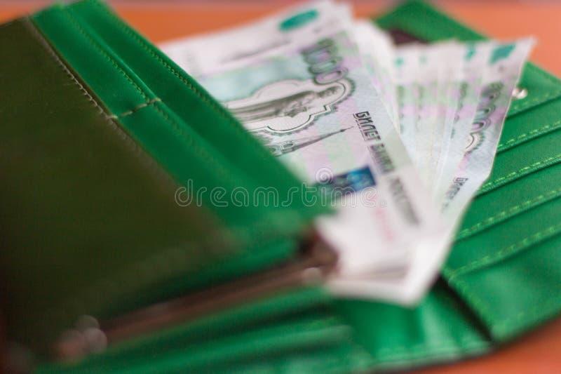Het papiergeld, een pak Russische thousandths rekeningen is in de beurs royalty-vrije stock afbeelding