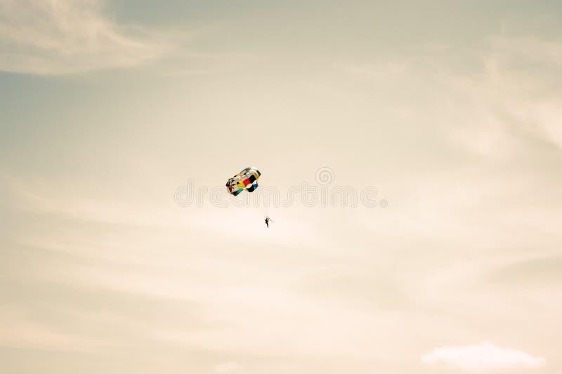 Het parachuteren van extreme Sport met bewolkte hemel stock fotografie