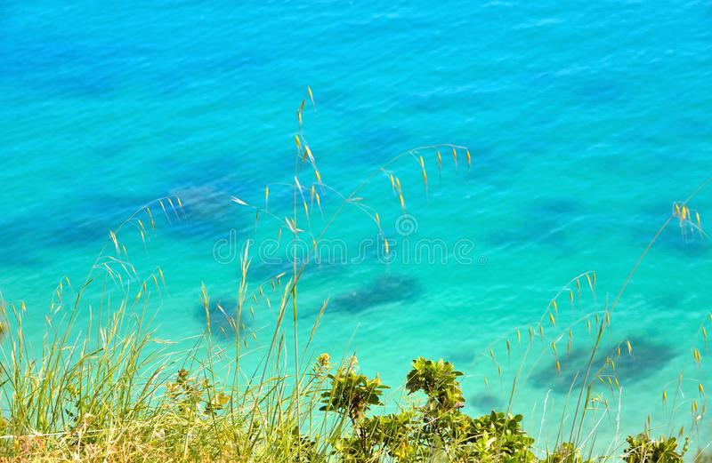 het paradijs verzendt strand, cristal duidelijk turkoois water, zeegezicht en natuurlijke landschapsmening van Sirolo Conero, Ita royalty-vrije stock foto