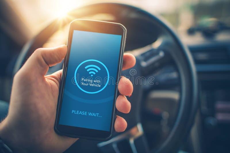 Het in paren rangschikken Smartphone met Auto stock afbeelding