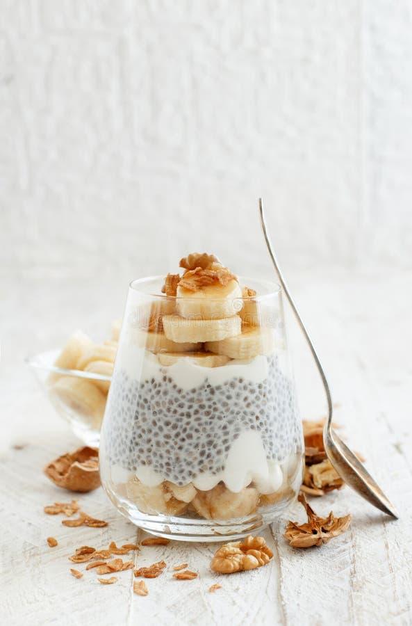 Het parfait van de Chiapudding met banaan stock afbeelding