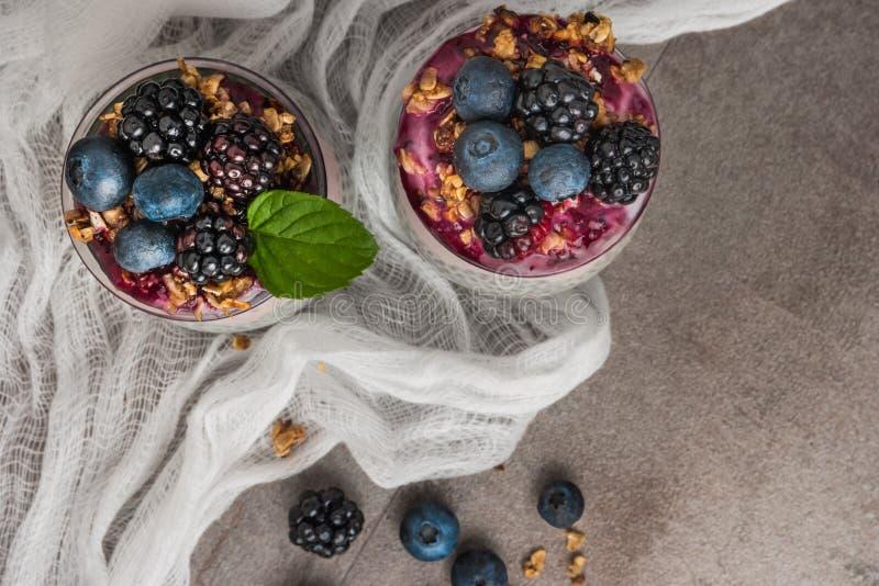 Het parfait van de Chiapudding met braambessen en bosbes smoothie royalty-vrije stock foto's