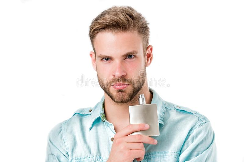 Het parfumfles van de mensengreep Gebaarde die mens met deodorant op witte achtergrond wordt geïsoleerd De fles van manierkeulen  stock fotografie