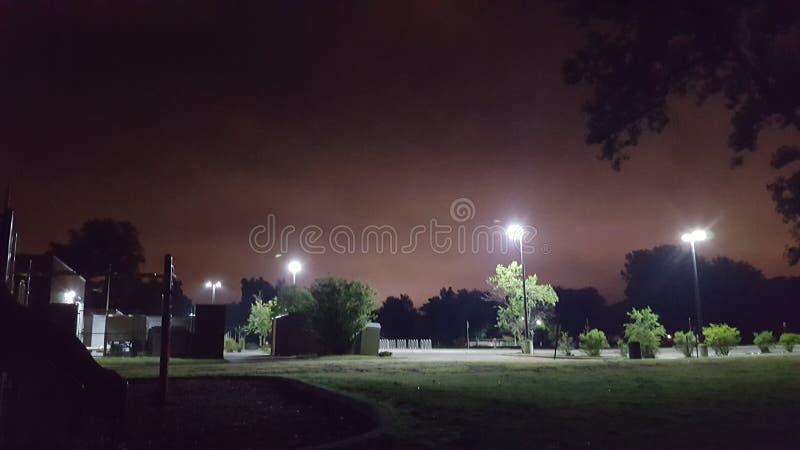 Het park bij nacht, verder weg royalty-vrije stock afbeelding