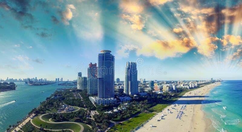 Het Park en de Kust van zuidenpointe - Lucht Overladen mening van het Strand van Miami, royalty-vrije stock foto