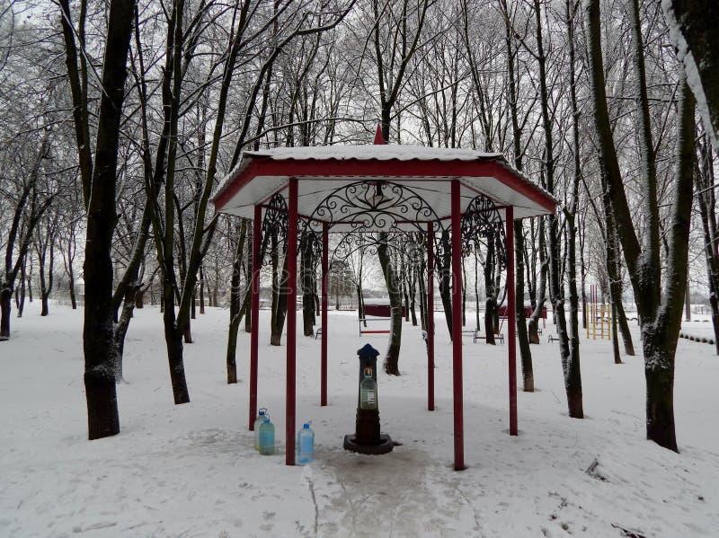 In het park gebouwd een pompruimte en een gazebo boven het royalty-vrije stock afbeeldingen