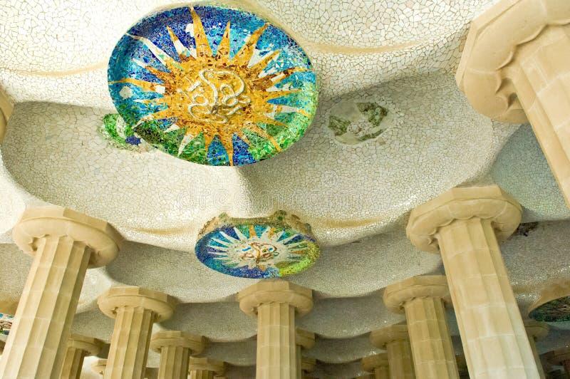 Het Park Guell van Barcelona, door Gaudi, mozaïek bij honderd kolommen Charmbre, Barcelona, Spanje wordt gebouwd dat royalty-vrije stock afbeeldingen