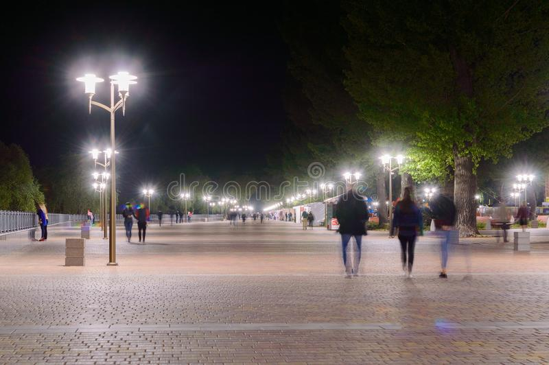 Het park op Dijk van linkerkant trekt rivier in Rostov op Don aan De mening van de nachtverlichting stock foto's