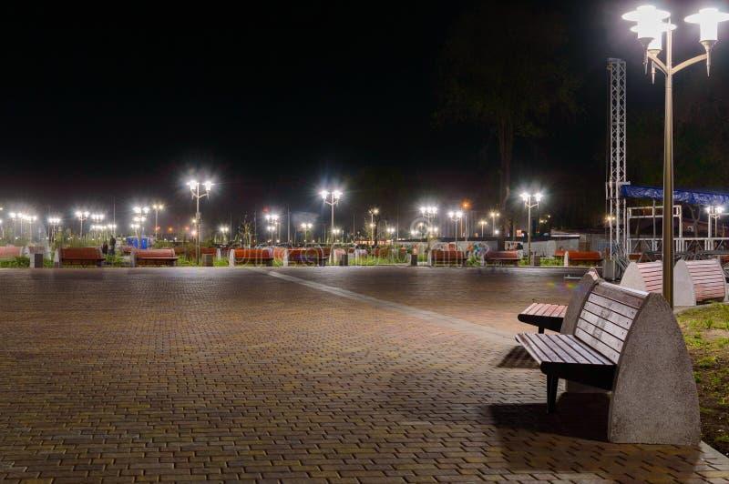 Het park op Dijk van linkerkant trekt rivier in Rostov op Don aan De mening van de nachtverlichting stock foto