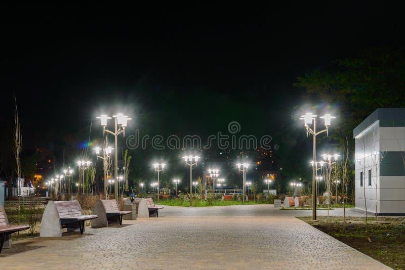Het park op Dijk van linkerkant trekt rivier in Rostov op Don aan De mening van de nachtverlichting royalty-vrije stock foto