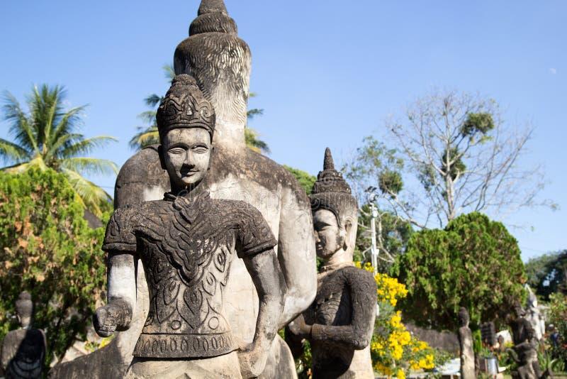Het Park van Boedha & x28; Wat Xieng Khuan & x29; is een beroemd beeldhouwwerkpark met meer dan 200 godsdienstige standbeelden stock afbeeldingen