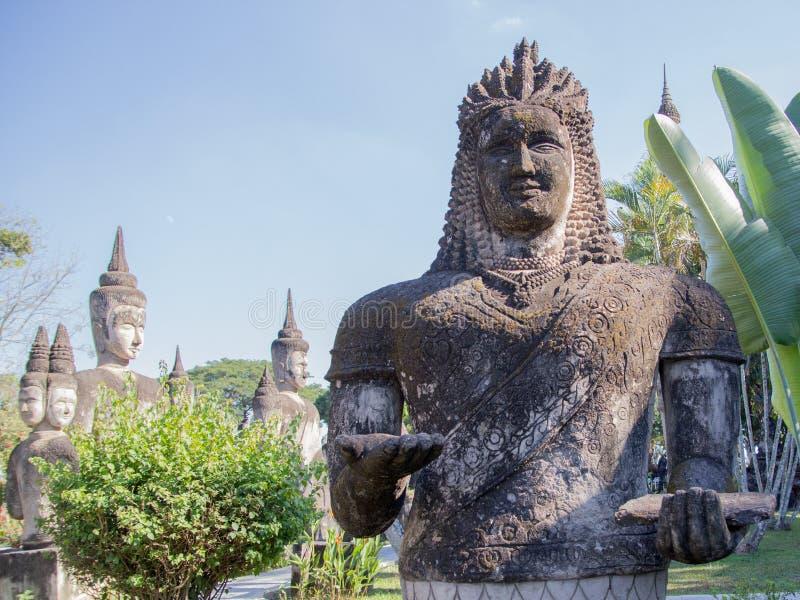 Het Park van Boedha & x28; Wat Xieng Khuan & x29; is een beroemd beeldhouwwerkpark met meer dan 200 godsdienstige standbeelden stock afbeelding